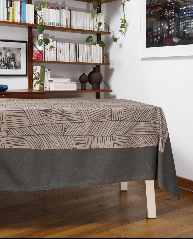 """Salon avec une nappe """"Aux champs"""". Imprimée sur coton/lin"""