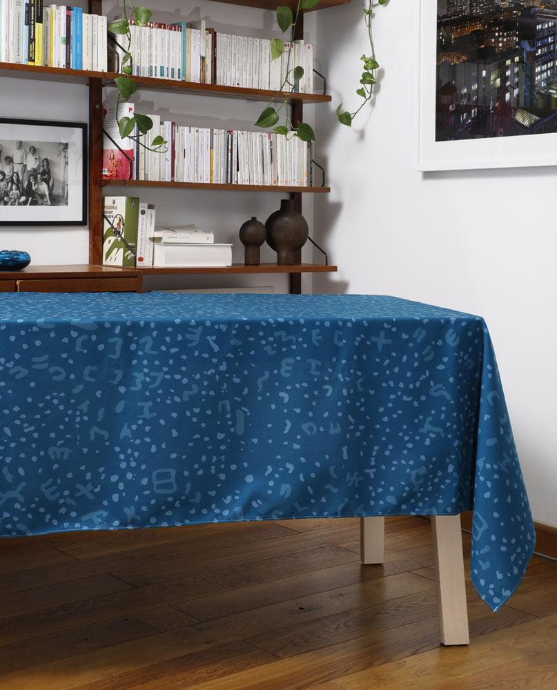 """Salon-Nappe """"Constelle"""". Camaïeu de bleus imprimée sur polyester recyclé."""