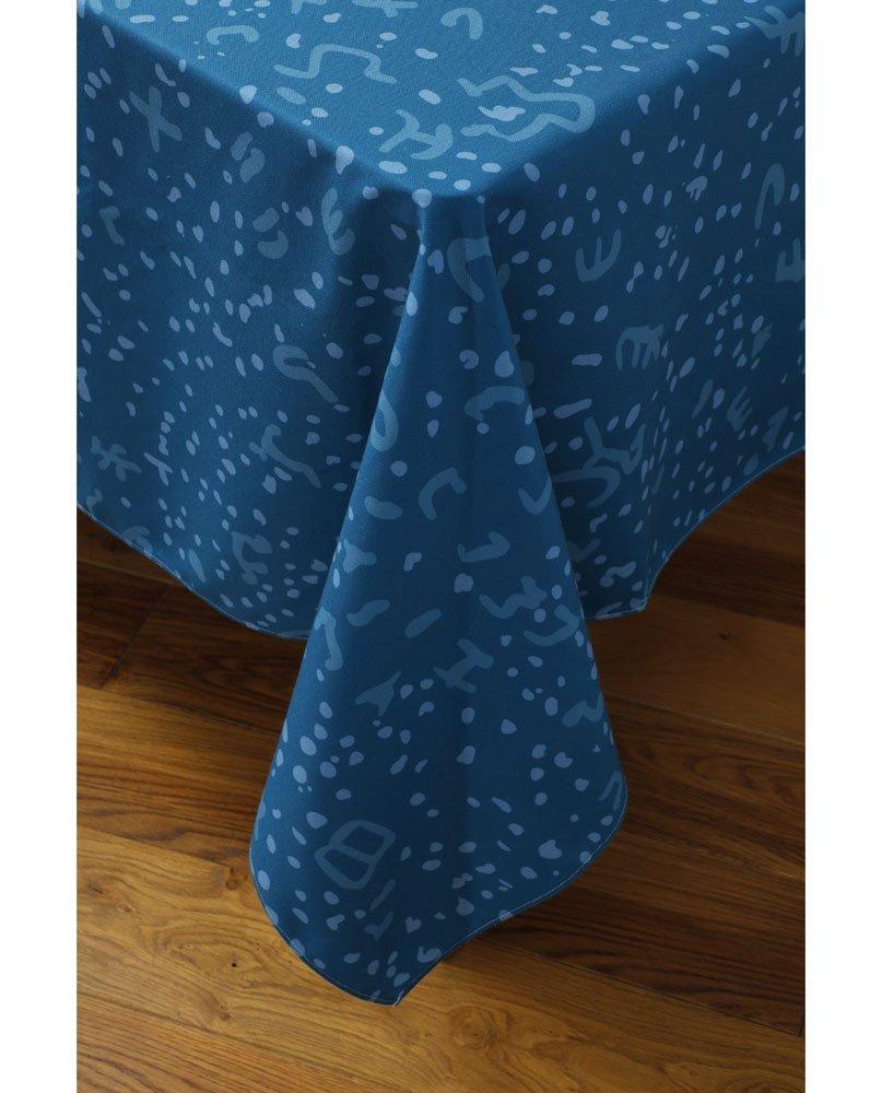 """Tombé de nappe """"Constelle"""" sur un coin de table. Camaïeu de bleus imprimée sur polyester recyclé."""