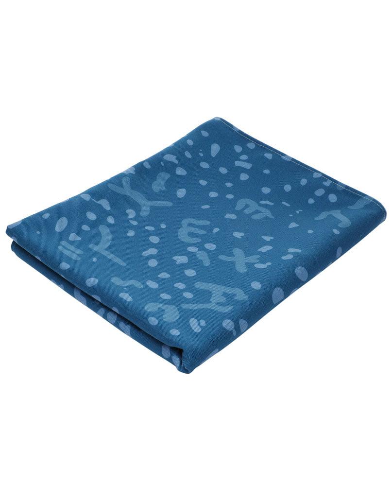 """Nappe """"Constelle"""" pliée. Camaïeu de bleus imprimée sur polyester recyclé."""