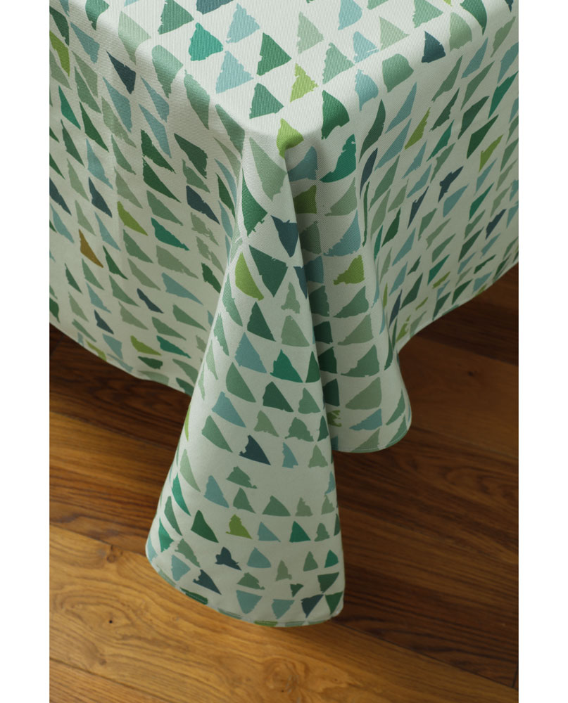 """Tombé de nappe """"Forêt-lichen"""" sur un coin de table. Imprimée sur polyester recyclé."""