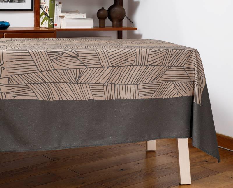 """Nappe """"Aux champs"""" en coton/lin, dressée sur une table dans un salon."""