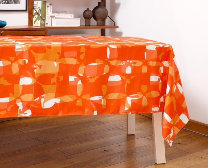 """Nappe """"Damier rouge"""" en polyester recyclé natté, dressée sur une table dans un salon."""