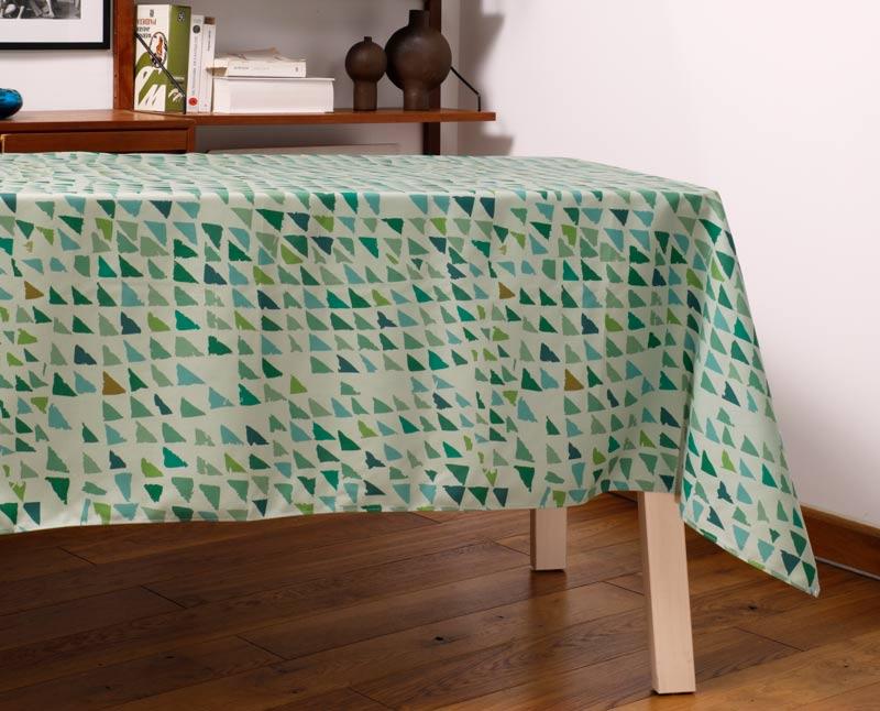 """Nappe """"Forêt lichen"""" en polyester recyclé natté, dressée sur une table dans un salon."""