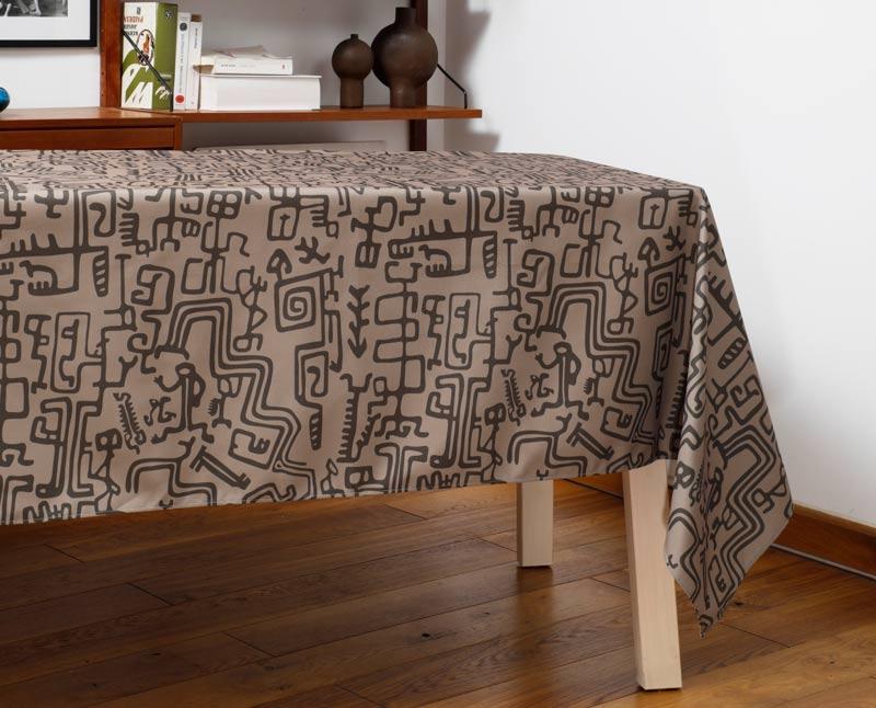 """Nappe """"Gliffes"""" en polyester recyclé natté, dressée sur une table dans un salon."""