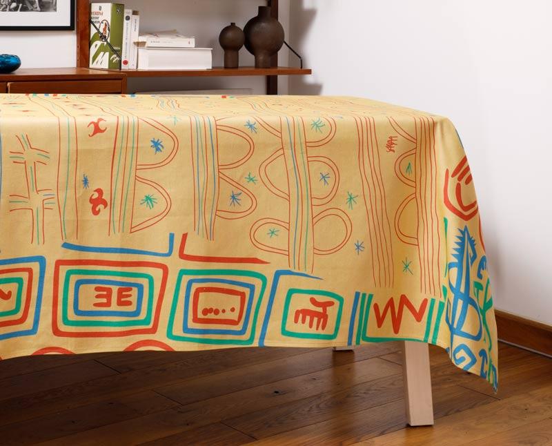"""Nappe """"Paille"""" en coton/lin, dressée sur une table dans un salon."""