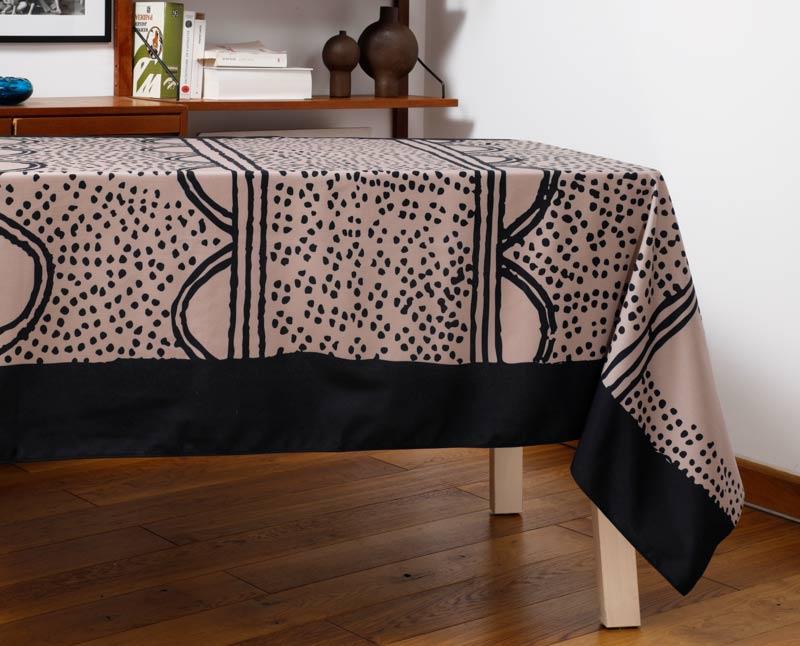 """Nappe """"Semis"""" en polyester recyclé natté, dressée sur une table dans un salon."""